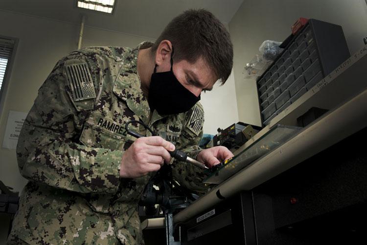 (U.S. Navy photo by Mass Communication Specialist 2nd Class Geoffrey P. Barham